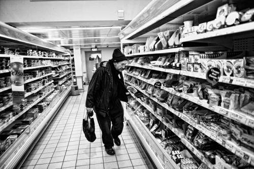 002. Denis buys cat food