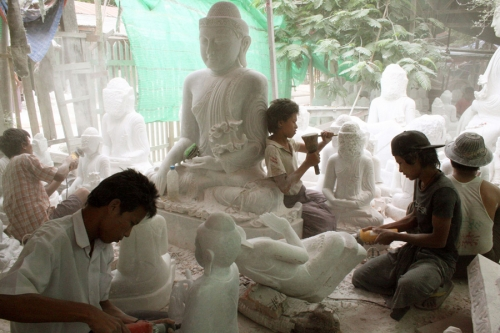 Men carves the Buddha statues