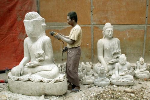 Man carves the Buddha statue
